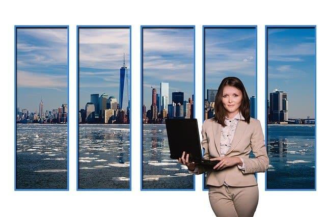 עובדת בלפטופ על רקע ניו יורק