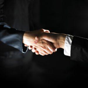 לחיצת יד של העסקת עובדים
