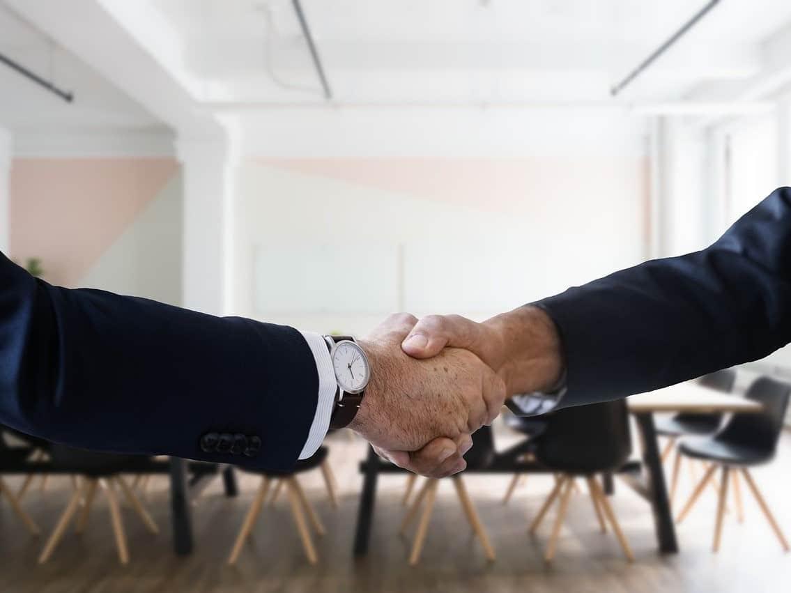 לחיצת יד עסקית