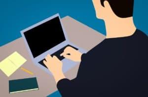 אדם עובד במחשב